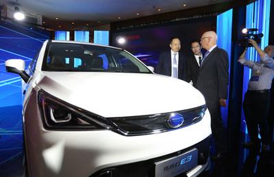 Davos Yu Jun, presidente de GAC Motor, dio una presentación sobre el GE3 a Klaus Schwab, presidente ejecutivo del Foro Económico Mundial de Davos, edición 2017 (PRNewsfoto/GAC Motor)