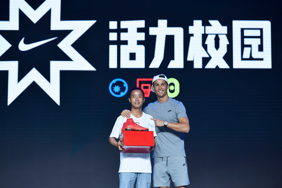 Cristiano Ronaldo presenting Mr. Lv with one pair of CR7 Mercurial Campeões boots