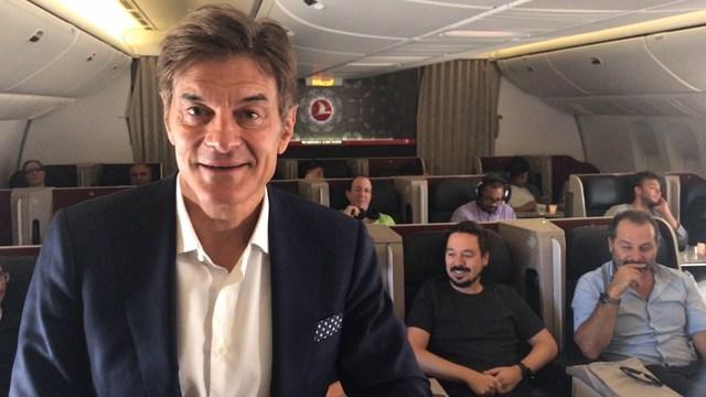 El Dr. Mehmet Oz a bordo del vuelo TK1 desde Estambul hacia Nueva York (PRNewsfoto/Turkish Airlines)