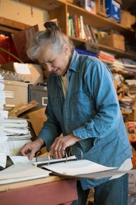 Carol van Strum, de Tidewater, en Oregon, vit parmi  sa collection de documents depuis des décennies. Ces document, dont beaucoup étaient également stockés dans la grange et gardés par une famille de chouettes, traitent d'herbicides, de pesticides, de PCB, de dioxines et de nombreux autres composés. Aujourd'hui, cette collection et fonds connexes sont en format numérique et disponibles sous le titre The Gemstone File. Photo de Risa Scott