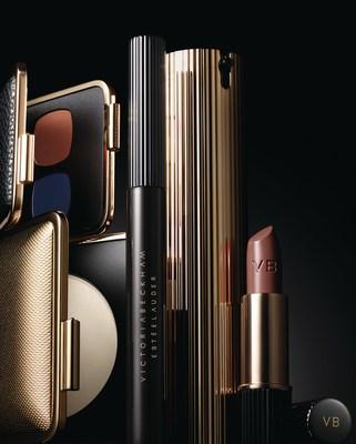 A nova edição limitada da coleção de maquiagem Victoria Beckham Estée Lauder estará disponível a partir de setembro de 2017 em varejistas selecionados em todo o mundo. Produtos na imagem a partir da esquerda: Skin Perfecting Powder (Pó para Aperfeiçoamento da Pele), Eye Matte Duo in Saphir/Orange Vif (Duo de Sombras Foscas para os Olhos Safira/Laranja Vivo), Eye Ink Mascara in Blackest (Rímel Preto Delineador para os Olhos), Morning Aura Illuminating Creme (Creme Iluminador Aura da Manhã), Matte Lipstick in Victoria (Batom Fosco cor Victoria). Crédito da foto: Kanji Ishii. (PRNewsfoto/Estee Lauder)
