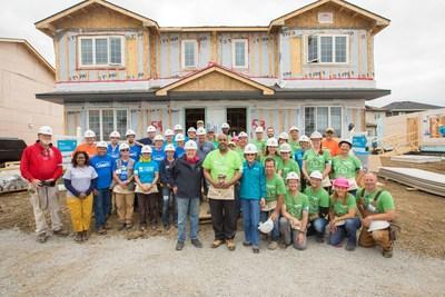 Des employés de Schneider Electric Canada ont aidé à construire 150 maisons au Canada avec Habitat pour l'humanité (Groupe CNW/Schneider Electric)