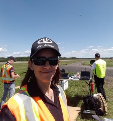 Jocelyne Bois, directrice des opérations aériennes de Microdrones, sourit lors de la série réussie de dix vols BVLOS qu'elle a, avec son équipe, réalisé à Alma, au Québec les 13 et 14 juillet. Bois, l'ingénieur en recherche et développement de Microdrones Jeremy Jung, ainsi que le pilote UAV de Microdrones Yannick Savey ont réalisé ces vols avec une variété de charges utiles attachées à un véhicule aérien sans pilote md4-1000, l'un des quelques aéronefs inclus dans la liste exclusive de véhicules aériens sans pilote conformes de Transports Canada. (PRNewsfoto/Microdrones)