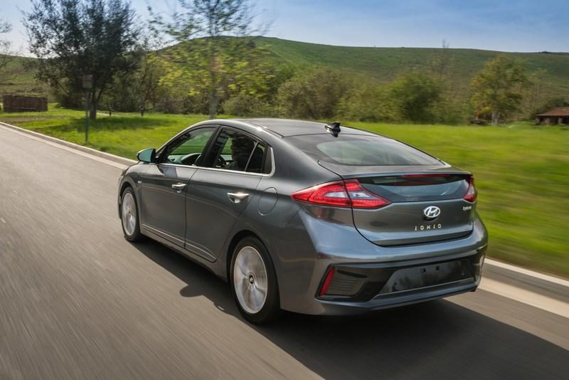 Hyundai Ioniq Campaign Reveals True Love is Just a Date (or a Test-Drive) Away. (CNW Group/Hyundai Auto Canada Corp.)