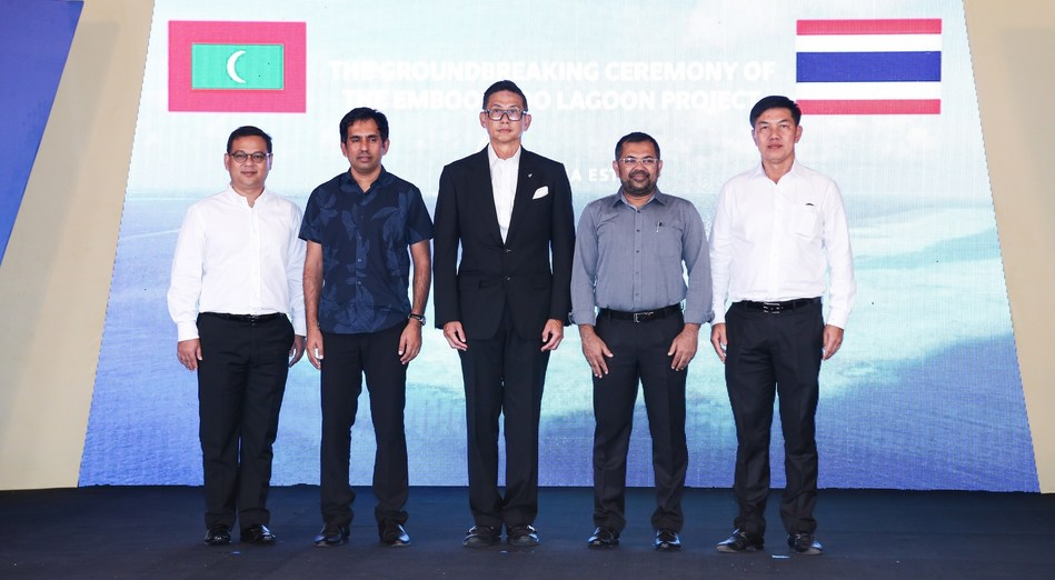 From left to right: Mr. Chayanin Debhakam, D.B.A, Director, Chairman of Executive Committee, Singha Estate Public Company Limited; Mr. Mohamed Saeed, Minister Of Economic Development, The Republic of Maldives; Mr. Chutinant Bhirombhakdi, Chairman, Singha Estate Public Company Limited; Mr. Moosa Zameer, Minister of Tourism, The Republic of Maldives; Mr. Naris Cheyklin, Chief Executive Officer, Singha Estate Public Company Limited.