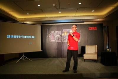 Le Dr Xiao fait part à un journaliste des nouvelles à propos des plus récents jeux et séries télévisées de Perfect World (PRNewsfoto/Perfect World)