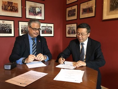 Prof. Li Weimin of West China Hospital signed a cooperation with Takis Kotis, CEO of UKeMED Platform of Cambridge University