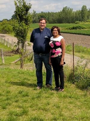 De gauche à droite sur la photo, M. Donald, coordonnateur du Circuit agrotouristique d'Auteuil et Madame Jocelyne Frédéric-Gauthier, conseillère municipale de Laval du district d'Auteuil (Groupe CNW/Cabinet du maire et du comité exécutif de la Ville de Laval)
