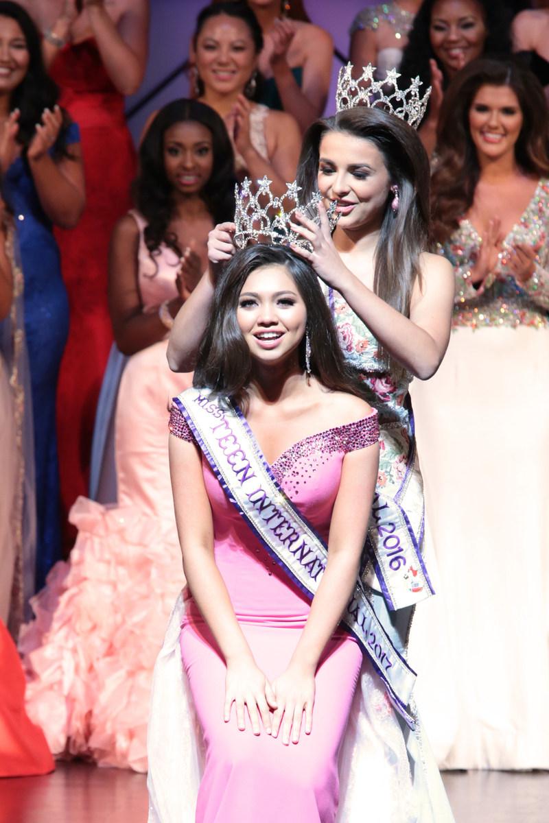 Miss Teen International 2017, Carly Peeters, is crowned by Miss Teen International 2016, Garin Harris.