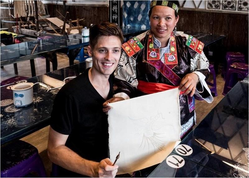 Mayor Edmund Enstone visits a Miao batik workshop (PRNewsfoto/Dalian Wanda Group)