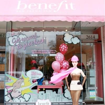 Benefit Canada Uptown Yonge Boutique prête à épiler des sourcils pour la bonne cause! (Groupe CNW/Benefit Cosmetics)