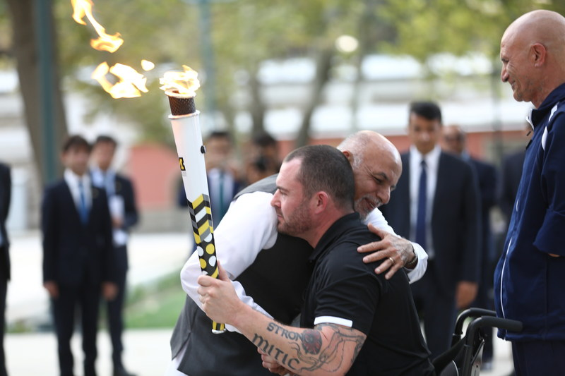 Afghanistan President Ashraf Ghani embraces retired Canadian MCpl Jody Mitic following the lighting of the Invictus Spirit Flame in Kabul today.  To the right, wounded Afghan veteran retired Maj Ahmad Shah. Photo Credit: Jawad Jalali European Press Agency (CNW Group/Invictus Games Toronto 2017)