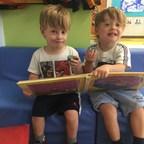 Deux frères jumeaux fréquentent le Centre de petite enfance de JPPS, une garderie à Montréal qui offre un milieu d'apprentissage stimulant pour plus de 80 enfants. L'intégrateur montréalaise, Alarme Sentinelle, a récemment installé des caméras Hikvision au CPE de JPPS.