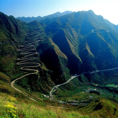 La route Twenty-four Turn Road à Qinglong, un comté de la préfecture de Qianxinan, était une route stratégiquement importante au cours de la Seconde Guerre mondiale et, à l'époque, est devenu notoire à l'échelle mondiale lorsqu'un correspondant militaire américain pris une photo qui fut publiée dans de nombreux journaux du jour. La route est maintenant le lieu où se tient le China Rally Championship chaque année. (PRNewsfoto/2017 International Mountain)