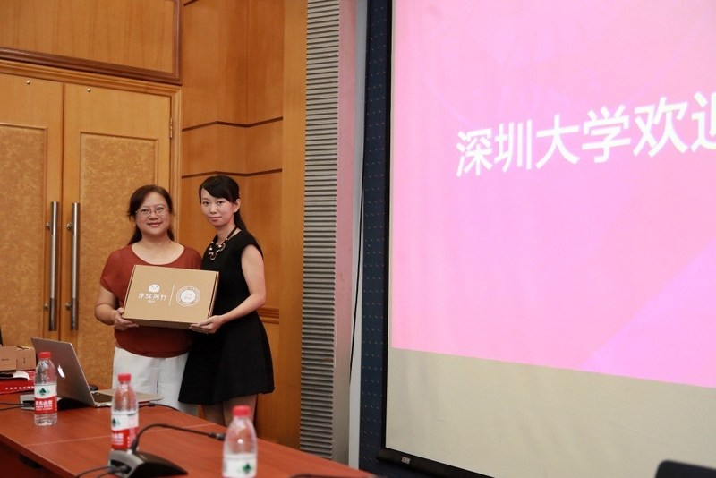 A photo of Teacher Fu (Dean of Admissions Office in Shenzhen University) and Liu Ling (Director of Product Centre, Instant Message Product Department, Tencent Social Network Group)