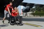 Maj. Simon Mailloux pousse le fauteuil du cpl (à la retraite) Chris Klodt le mardi 15 août, 2017, à la base aérienne de Ramstein, Allemagne.  Klodt porte la flamme de l'esprit, qui symbolise l'esprit des guerriers blessés. Mailloux and Klodt ont été bléssés en Afghanistan. (Photo crédit : JENNIFER SVAN/STARS AND STRIPES) (Groupe CNW/Invictus Games Toronto 2017)