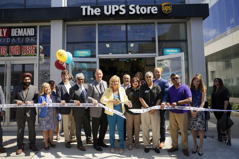 UPS Canada celebrates the growth of The UPS Access Point Network to more than 1,000 locations in Canada. On Tuesday, August 1, Linda Jeffrey, Mayor of Brampton, Steve Moorman, senior vice-president of franchise operations, The UPS Store Canada and Nicolas Dorget, vice-president of strategic alliances, UPS Canada joined owners Sunil and Neeta Jiandani for the grand opening of The UPS Store Canada #517 in Brampton. (CNW Group/UPS Canada Ltd.)