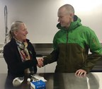 Minister McKenna meets Dr. Evan Richardson, research scientist with Environment and Climate Change Canada, at the new Pond Inlet Research Facility. (CNW Group/Environment and Climate Change Canada)