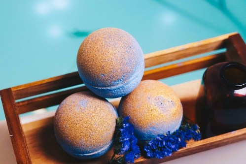 Featuring all natural ingredients, including cedarwood essential oils and olive oil, and sprinkled with gold mica powder, this bath bomb will leave your tub 'glo-ing.'