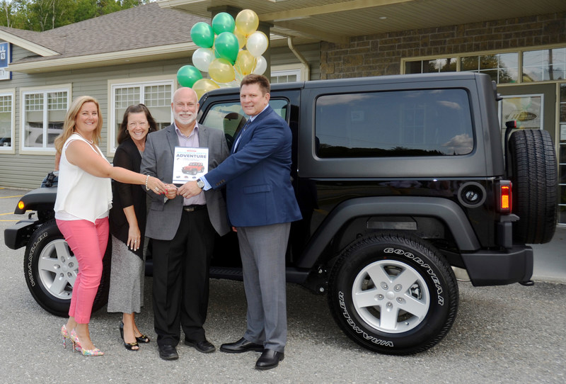 Claude Dery of Fredericton (2nd from right) receives the keys to a 2017 Jeep Wrangler Sport S as the first vehicle winner in the 2017-18 Select Sweepstakes. Left to right: Jennifer Higgins of Higgins Insurance; Claude Dery's wife, Rachel Chiasson; Claude Dery; and Jeff Patterson of Economical Select. (CNW Group/Economical Insurance)