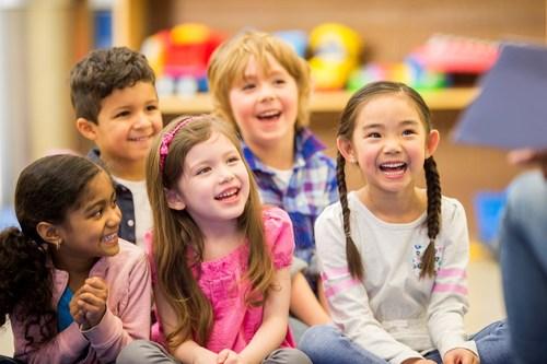 Los padres deberían informarse acerca de cómo tratar los piojos, porque los casos de infestación aumentan cuando los niños regresan a la escuela. (PRNewsfoto/Vamousse)