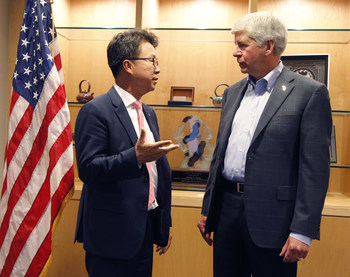 """Michigan Governor Rick Snyder congratulates LG Electronics USA Senior Vice President Ken Chang as LG announces plans to establish a new electric vehicle components plant in Hazel Park., Mich., and expanded R&D center in Troy, Mich., creating nearly 300 jobs.  """"LG's great technological advancements and our outstanding workforce will help pave the way for the vehicles of the future right here in Michigan. When leading global companies like LG invest in Michigan and create hundreds of good, high-paying jobs here, it speaks volumes about the strong business and mobility climate in the state today,"""" the governor said."""