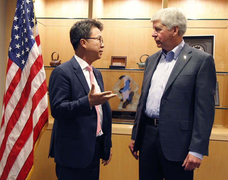 "Michigan Governor Rick Snyder congratulates LG Electronics USA Senior Vice President Ken Chang as LG announces plans to establish a new electric vehicle components plant in Hazel Park., Mich., and expanded R&D center in Troy, Mich., creating nearly 300 jobs. ""LG's great technological advancements and our outstanding workforce will help pave the way for the vehicles of the future right here in Michigan. When leading global companies like LG invest in Michigan and create hundreds of good, high-paying jobs here, it speaks volumes about the strong business and mobility climate in the state today,"" the governor said."