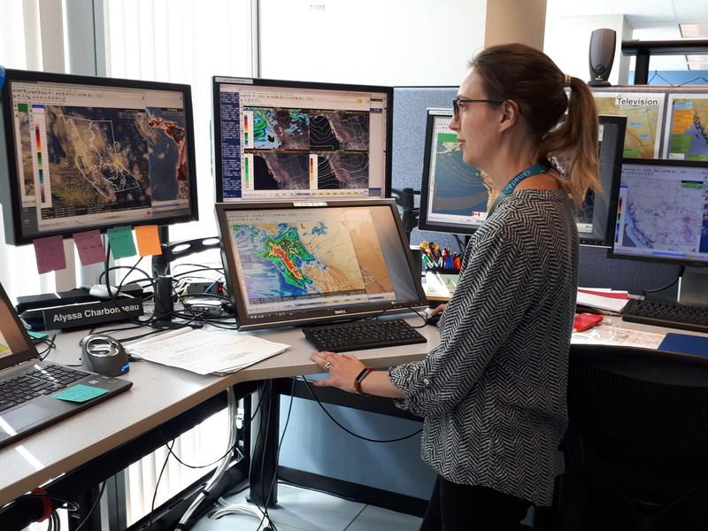 L'une de nos météorologues principales, Alyssa Charbonneau, travaillant à partir du Centre de prévision des intempéries d'Environnement et Changement climatique Canada de Vancouver, C.-B., pour soutenir le service d'incendies de forêt de la province. (Groupe CNW/Environnement et Changement climatique Canada)