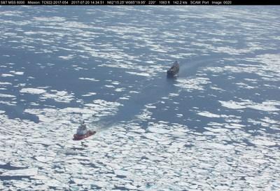 NGCC Terry Fox dans la baie de Baffin le 20 juillet 2017, escortant le M/V TAÏGA DESGAGNÉS. Sources : Équipe de reconnaissance aérienne maritime (Centre et Arctique), Service canadien des glaces, Environnement et Changement climatique Canada (ECCC) (Groupe CNW/Pêches et Océans Canada - Région du Centre et Arctique)