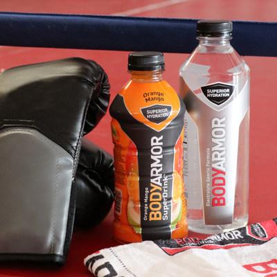 La bebida deportiva BODYARMOR y BODYARMOR Super Water estarán hidratando a ambas esquinas de la pelea Mayweather vs McGregor el sábado en la noche. (PRNewsfoto/BODYARMOR)