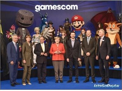 Le secrétaire parlementaire Sean Casey avec la chancelière Angela Merkel et d'autres dignitaires à Gamescom 2017 (Groupe CNW/Patrimoine canadien)