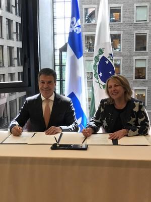 La ministre des Relations internationales et de la Francophonie du Québec, Christine St-Pierre, et le gouverneur de l'État du Paraná, au Brésil, Beto Richa, ont signé aujourd'hui à Montréal une nouvelle entente de coopération. (Groupe CNW/Cabinet de la ministre des Relations internationales et de la Francophonie)