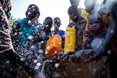 Internally Displaced People fill containers with water at a tap inside the Dalori camp in Maiduguri, Borno State, Nigeria. ©UNICEF/UN055942/Ashley Gilbertson (CNW Group/UNICEF Canada)