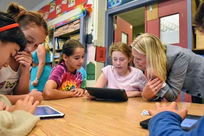 Minister McKenna and students from Pierre Elliott Trudeau Elementary School take their first look at the new Climate Kids website. (CNW Group/Environment and Climate Change Canada)