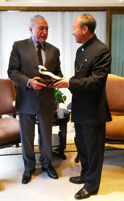 Chen Feng, presidente do HNA, presenteia o presidente Temer do Brasil com um ruyi, um cetro cerimonial que simboliza poder e boa sorte no folclore chinês. O presente tem como significado trazer força e boa sorte ao presenteado. (PRNewsfoto/HNA Infrastructure)