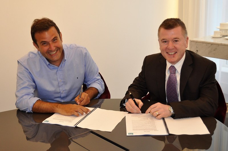 Signing of Partnership Agreement between Burhan Kamal, Managing Director of Vector Technologies (Left) and Graham Cornhill, Co-Founder of wi-Q Technologies in London, UK
