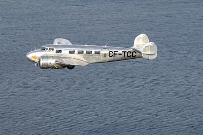 Mais quel est cet avion argenté dans le ciel? Le 10A de Lockheed d'Air Canada prend son envol à l'occasion du 80e anniversaire du transporteur (Groupe CNW/Air Canada)