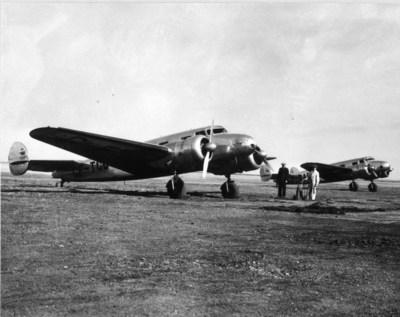 Winnipeg (Manitoba), printemps 1938Appareils 10A de Lockheed (CF-TCC et CF-BAF) sur la piste en prévision des vols d'entraînement des pilotes à Winnipeg à l'époque où les premiers copilotes recevaient leur formation. Commandant Kelly Edmison (en habit noir) et Maurice McDevitt (en vêtements de travail), mécanicien d'aéronef en déplacement de service. (Groupe CNW/Air Canada)