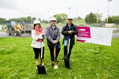 M. Benoit Dorais, maire de l'arrondissement du Sud-Ouest, accompagné des conseillers de Saint-Paul-Émard, M. Alain Vaillancourt et Mme Anne-Marie Sigouin, ont procédé aujourd'hui à une pelletée de terre au parc Ignace-Bourget pour marquer la troisième phase des travaux s'élevant à 985 440 $. (Groupe CNW/Ville de Montréal - Arrondissement du Sud-Ouest)
