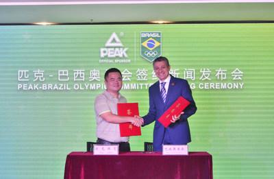 Xu Zhihua (à esquerda), diretor geral da Peak Sport assina acordo de cooperação com Agberto Guimarares (à direita), presidente executivo do Comitê Olímpico do Brasil (PRNewsfoto/Peak Sport)