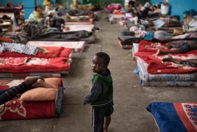 Le 20 août 2017, un enfant marche au milieu des matelas dans la section réservée aux femmes du centre de détention Al-Nasr, à Zawiya, en Libye. Les milliers de femmes et d'enfants migrants emprisonnés dans le centre de détention contrôlé par les milices font face à l'exploitation sexuelle, au surpeuplement, à la faim et aux abus. ©UNICEF/UN077995/Romenzi (Groupe CNW/UNICEF Canada)