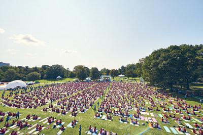 adidas e Wanderlust quebram recorde do GUINNESS WORLD RECORDS para Mais pessoas praticando ioga em pares - 10 de setembro de 2017 - Vista aerea (PRNewsfoto/adidas)