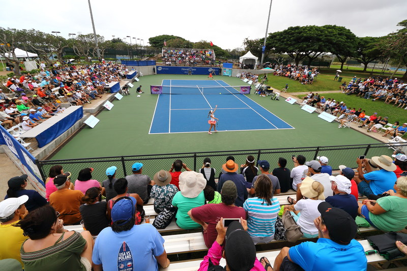 Spectators watch the championship match of the 2016 Hawaii Open. Photo by Guy Bartleson.