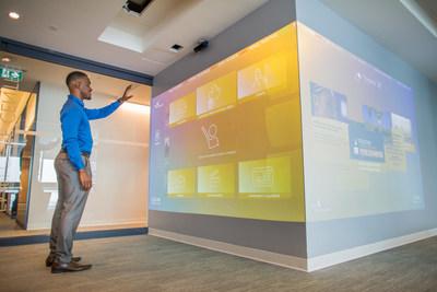 La technologie et l'innovation sont omniprésentes au One York. Ce mur interactif permet de parcourir les actualités locales et internationales, les médias sociaux, et plus. (Groupe CNW/Financière Sun Life inc.)