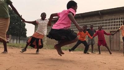 Des enfants se rassemblent en cercle pour jouer dans la cour d'une école à Kananga, en République démocratique du Congo. © UNICEF/UN0120289/Rose (Groupe CNW/UNICEF Canada)
