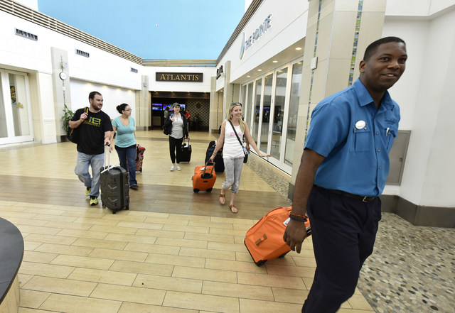 Visitantes llegan al Aeropuerto Internacional Lynden Pindling en Nassau, ciudad capital de Las Bahamas, el lunes, 11 de septiembre. (PRNewsfoto/Bahamas Ministry of Tourism and)