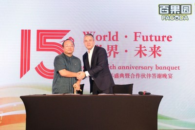 Huiyong Yu, the president of Pagoda, signing a cooperative agreement with Jordi Ferre, the CEO of AgroFresh company in America.