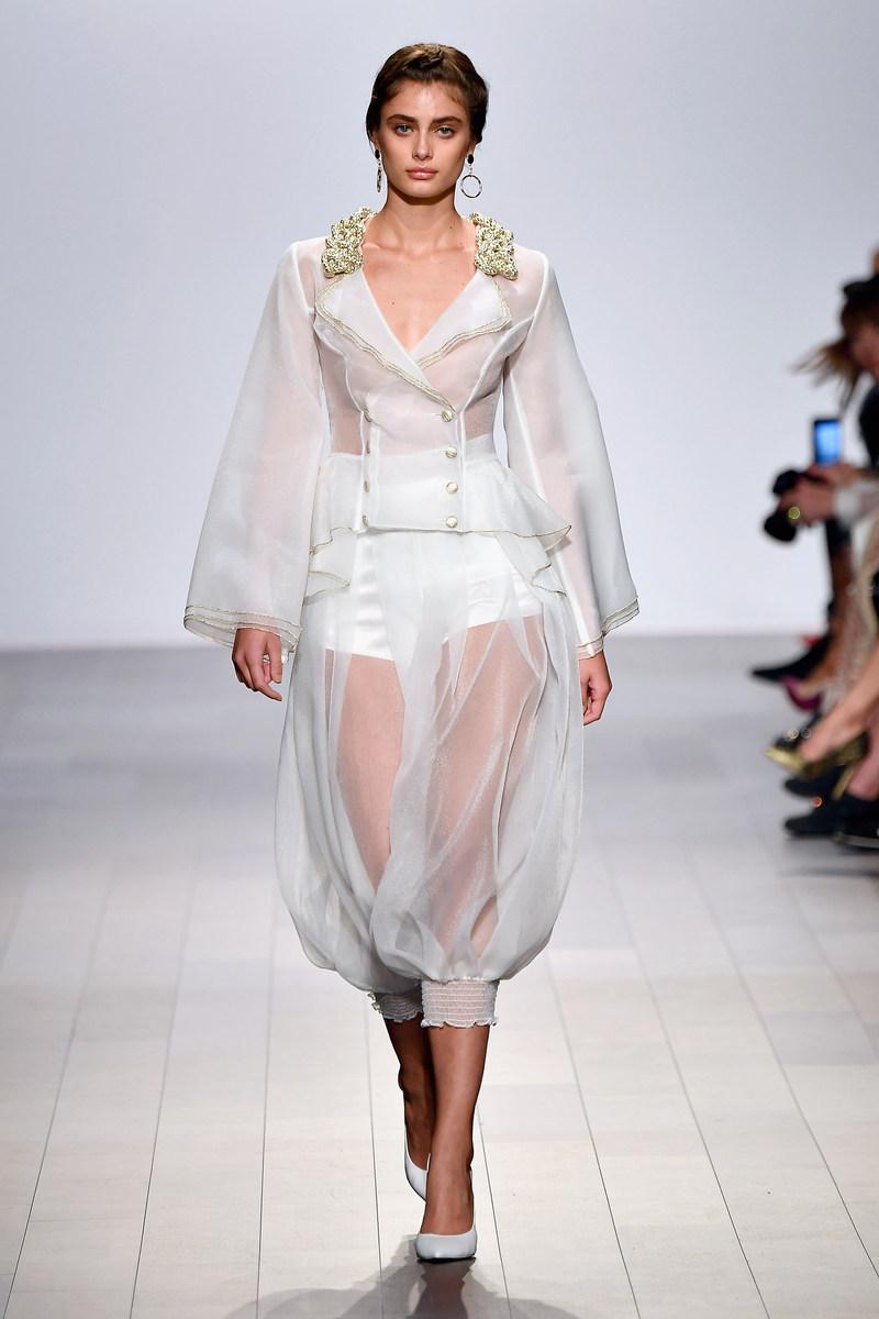 Taylor Hill desfilando para John Paul Ataker na New York Fashion Week (PRNewsfoto/John Paul Ataker)