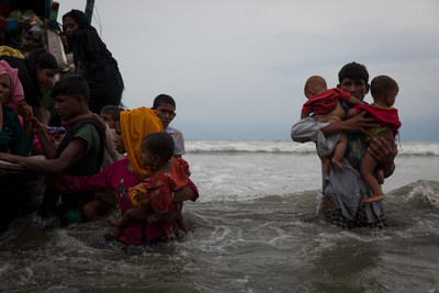 On 7 September 2017, newly arrived Rohingya refugees walk ashore at Shamlapur beach in Cox's Bazar, Bangladesh, after traveling for five hours in a boat across the open waters of the Bay of Bengal. © UNICEF/UN0120422/Brown (CNW Group/UNICEF Canada)