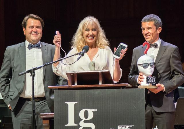 Dra. Marisa López-Teijón, diretora do Institut Marquès, dr. Àlex García-Faura, diretor científico do centro, e Lluís Pallarés, criador do Babypod, aceitam seu prêmio IG Nobel.
